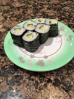 皿の上の寿司の写真・画像素材[1026932]