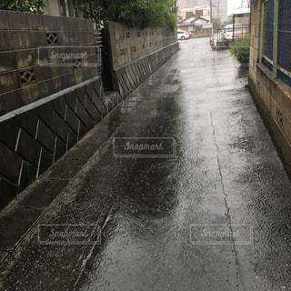 道路が大雨でなくなり川になってしまった!の写真・画像素材[2589642]