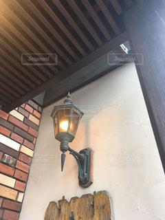 ケーキ屋さんの玄関照明の写真・画像素材[3003472]
