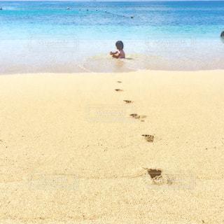 砂浜の上に立っている人の写真・画像素材[801257]