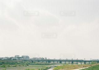 フィールドの近くで列車を降りる列車の写真・画像素材[2131778]