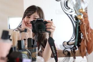 鏡の前に立ってカメラのポーズをとる人の写真・画像素材[3435487]