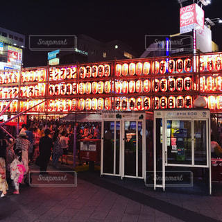 都会の夏祭りは、ビルと提灯が並びますの写真・画像素材[665202]