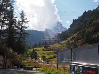 山の道の側面にある記号の写真・画像素材[814531]