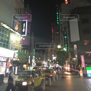 街の通りは夜のトラフィックでいっぱいの写真・画像素材[796160]