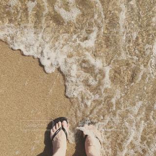 波とビーチサンダルの写真・画像素材[712286]