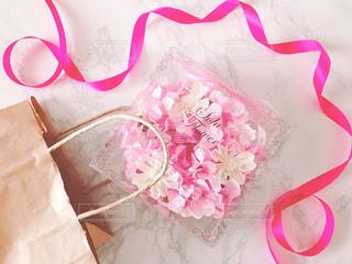 ピンクのフラワーソープと紙袋の写真・画像素材[1190382]
