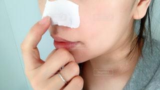 鼻パックしてる女性のアップの写真・画像素材[1205178]