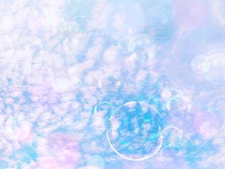 空と雲とシャボン玉の写真・画像素材[1218856]