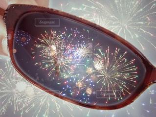 眼鏡越しの花火の写真・画像素材[1240653]
