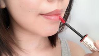 口紅を塗ってる女性のクローズアップ撮影 - No.1255171