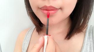 口紅を塗ってる女性のクローズアップ撮影 - No.1255177