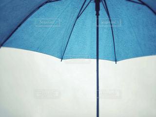 雨の日の青い傘の写真・画像素材[1287230]