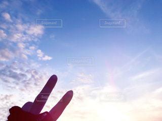 夕日に向かってピースの写真・画像素材[1298219]