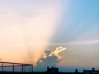 夕日に反射する入道雲の写真・画像素材[1303591]