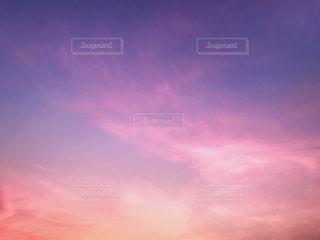 薄ら雲のかかった夕焼けのグラデーションの写真・画像素材[1315670]