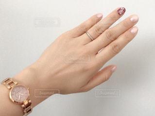 腕時計をした女性の手の写真・画像素材[1366649]