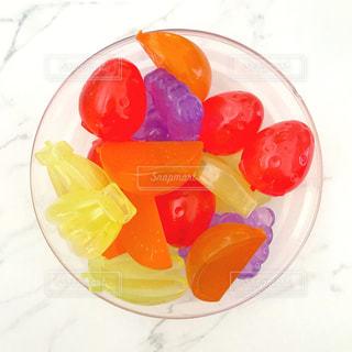 ガラスの器に入れたフルーツのアイスキューブの写真・画像素材[1417770]