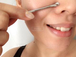 角栓除去スティックで小鼻の毛穴ケア中の写真・画像素材[1513565]