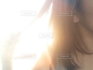 髪を摘んでる女性の写真・画像素材[1520626]