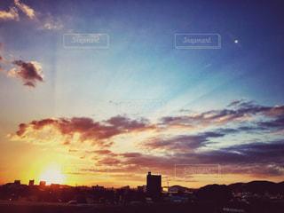 夕暮れ時の都市の景色の写真・画像素材[1532400]