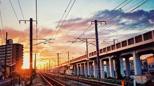線路から撮った建物に沈む夕日の写真・画像素材[1532662]