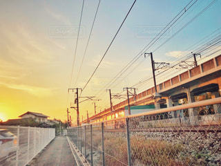 夕焼けと鉄道の写真・画像素材[1601192]