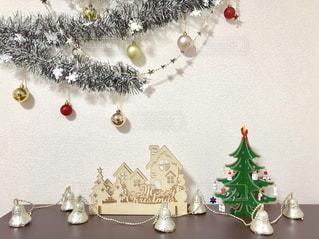 ミニクリスマスツリーとクリスマス飾りの写真・画像素材[1685660]