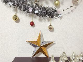 折り紙で作った立体スターとクリスマス飾りの写真・画像素材[1685661]