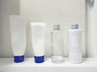 洗面台に並んだスキンケア用品の写真・画像素材[1718207]