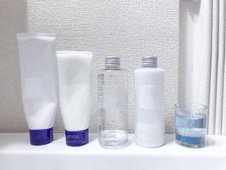 洗面台に並んだスキンケア用品の写真・画像素材[1718209]