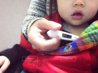 体温計で体温を測る親子の写真・画像素材[1720231]