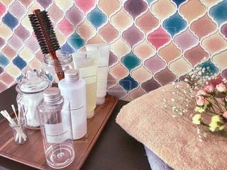 コラベルタイル柄の洗面台とスキンケア用品の写真・画像素材[1724803]