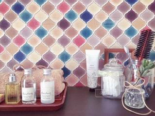 モロッコタイルの洗面台と日用品の写真・画像素材[1724806]