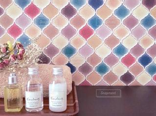 モロッコタイルの洗面台とアメニティーの写真・画像素材[1724807]