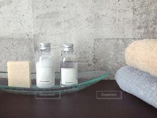 コンクリート壁の洗面台とアメニティー用品の写真・画像素材[1729231]