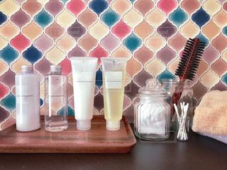 コラベルタイルの洗面台とスキンケア用品の写真・画像素材[1729233]