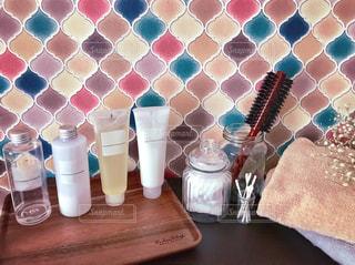コラベルタイルの洗顔台とスキンケア用品の写真・画像素材[1729234]
