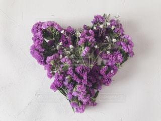 紫の花で作ったハートの写真・画像素材[1752564]