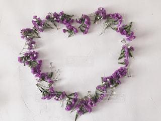 紫の小花で作ったオープンハートの写真・画像素材[1752568]