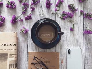 新聞とノートとスマホとコーヒーの写真・画像素材[1758110]