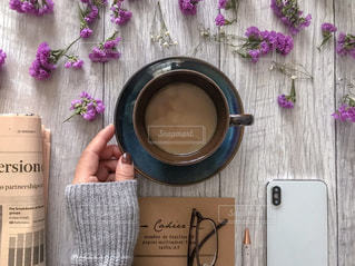 新聞とノートとスマホとコーヒーと女性の手の写真・画像素材[1758111]