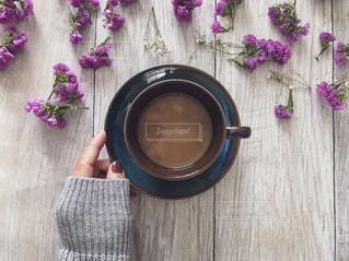 コーヒーとドライフラワーと女性の手の写真・画像素材[1758112]