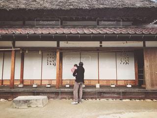 日本家屋と親子の後ろ姿の写真・画像素材[1780061]