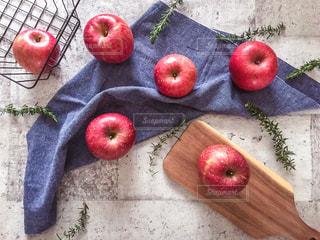 真っ赤な林檎とカッティングボードの写真・画像素材[1791240]