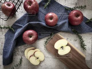 林檎と林檎の断面。の写真・画像素材[1791241]