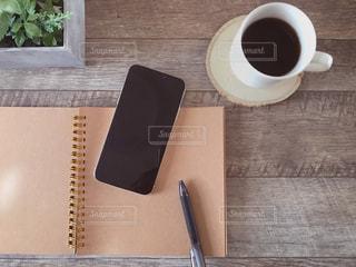 ノートとスマホとペンとコーヒーの写真・画像素材[1803037]