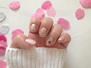 桜の花のレントゲンフラワーとピンクストーンネイルの写真・画像素材[1803852]