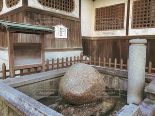 道後温泉本館横にある玉の石の写真・画像素材[1804729]
