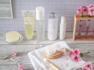 洗顔ブラシとスキンケア用品一式の写真・画像素材[2062849]